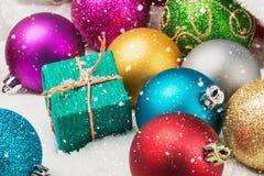 Bolas y regalos de la Navidad Imágenes de archivo libres de regalías