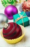 Bolas y regalos de la Navidad en nieve Fotos de archivo libres de regalías