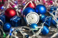 Bolas y reloj de la Navidad Fotos de archivo