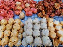 Bolas y salchichas asadas a la parrilla de carne en el palillo, comida de la calle en Tailandia foto de archivo