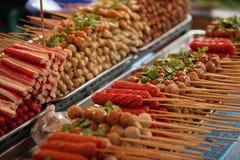 Bolas y salchichas de carne en el palillo Imagen de archivo