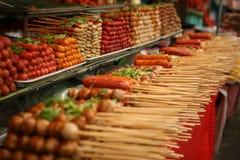 Bolas y salchichas de carne en el palillo, Bangkok, Tailandia Imagen de archivo