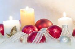 Bolas y velas de la Navidad Fotos de archivo libres de regalías