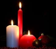 Bolas y velas de la Navidad Fotos de archivo