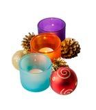 Bolas y velas de la Navidad aisladas en blanco Foco selectivo Imagen de archivo libre de regalías