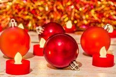 Bolas y velas de la Navidad en un fondo borroso Imagen de archivo