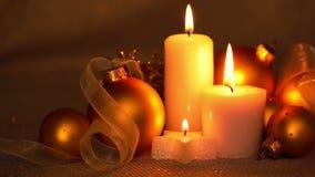 Bolas y velas de la Navidad Está consiguiendo oscuridad almacen de metraje de vídeo