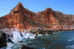 Bolata海滩岩石海岸和水  免版税库存照片