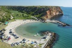 Bolata plaża z turystą i łodzią obrazy stock