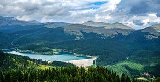 Bolboci See und Bucegi-Berge stockfotografie