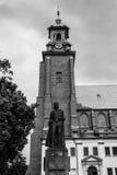 Boleslaw Chrobry Statue met Gniezno-de Klok van de Kathedraaltoren Royalty-vrije Stock Foto's