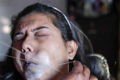 Bolesny oskubanie i usunięcie górnej wargi włosy dama z threading epilacji kosmetyczna procedura w piękno salonie zdjęcia stock