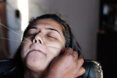 Bolesny oskubanie i usunięcie górnej wargi włosy dama z threading epilacji kosmetyczna procedura w piękno salonie obrazy stock