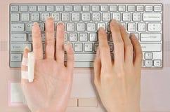 Bolesny palec używa komputerowa klawiatura podczas gdy długotrwały Zdjęcia Royalty Free