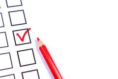 Boletín y un lápiz rojo para votar imagenes de archivo