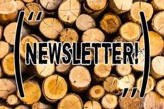 Boletim de notícias do texto da escrita Boletim do significado do conceito enviado periodicamente aos membros da madeira de madei foto de stock