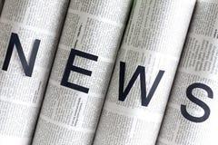 Boletins de notícias em jornais Fotos de Stock