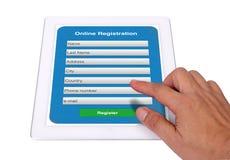 Boletín de inscripción en línea en la tableta. Fotografía de archivo libre de regalías