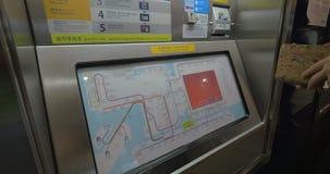 Boleto de compra del subterráneo de la mujer en Hong Kong metrajes