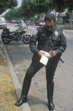 Boleto de la escritura del poli de tráfico, Fotografía de archivo
