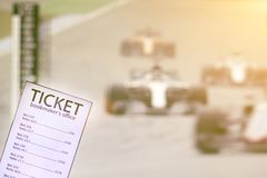 Boleto de la oficina del corredor en el fondo de la TV en la cual la carrera de coches de la fórmula 1 es difusión, deportes apos fotos de archivo
