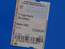 Boleto de siete días en Berlín sobre azul Imágenes de archivo libres de regalías