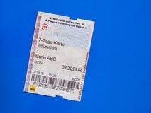 Boleto de siete días en Berlín sobre azul Imagen de archivo
