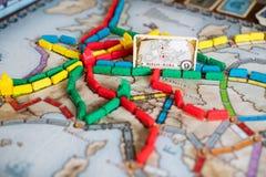 Boleto para montar el juego de mesa Muchos trenes y tarjeta con el camino de Berlín a Roma en mapa fotos de archivo libres de regalías