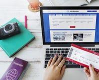 Boleto que reserva concepto en línea del viaje del vuelo Fotos de archivo libres de regalías