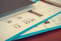Boletos con el pasaporte imagen de archivo