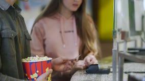 Boletos de compra de la película en el cine Usando el terminal de la tarjeta de crédito en el cine metrajes