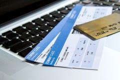 Boletos de línea aérea de compra imagenes de archivo