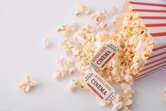 Boletos de las palomitas y de la película en la opinión de sobremesa blanca Foto de archivo