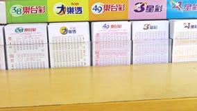 Boletos de lotería en el contador de la tienda, 4K almacen de metraje de vídeo