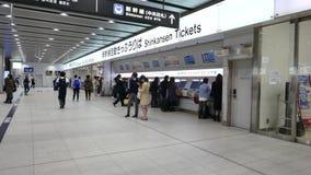 Boletos de Shinkansen de la compra de los pasajeros de las máquinas automatizadas del boleto en Shin-Osaka, Japón almacen de metraje de vídeo