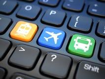 Boletos en línea de la reservación al tren, al autobús o al aeroplano. Keyboa del ordenador portátil ilustración del vector