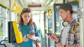 Boletos turísticos masculinos halping de la compra de la muchacha en transporte público almacen de video