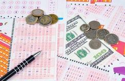 Boletos y dinero de lotería Imágenes de archivo libres de regalías