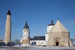Bolgar, Tatarstan Christentum und Islam zusammen Großer Minarett-Komplex und Assumtions-Kirche in den Ruinen lizenzfreie stockfotos