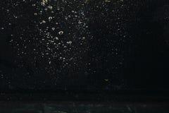 Bolha da água na água em fundos pretos fotografia de stock royalty free