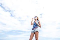 Bolha de sopro em exterior, natureza da jovem mulher bonita, perto do oceano Ilha mágica tropical Bali, Indonésia fotos de stock royalty free