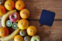 Bolha do discurso e um grupo do fruto com uma mensagem fotos de stock