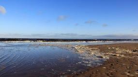 Bolha do mar na cor Báltico do beira-mar da natureza com água do mar azul dos azul-céu Fotos de Stock