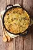 Bolha & rangido ingleses dietéticos saudáveis do alimento das batatas trituradas cozidas com couve e couve-de-bruxelas em uma ban fotos de stock