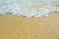 Bolhas brancas criadas na praia Foto de Stock