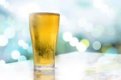 Bolhas brancas douradas da cerveja Imagens de Stock