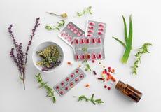Bolhas com comprimidos e as ervas coloridos Fotografia de Stock Royalty Free