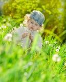 Bolhas da menina e de sabão foto de stock royalty free