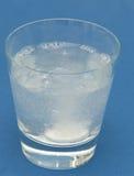 Bolhas da tabuleta da dor de cabeça na água Fotos de Stock Royalty Free