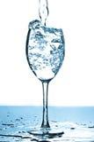 Bolhas de refrescamento da água em um vidro Imagem de Stock